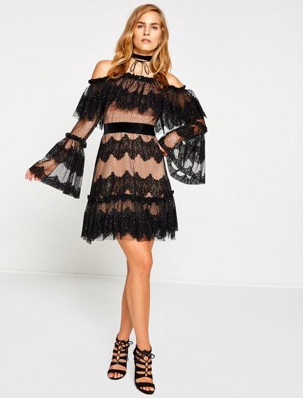 d9494e8956253 Düşük omuzlu, uzun kollu ve askı detayları ile oldukça özgün bir tasarıma  sahip bu elbise modelini siyah ve dore renkli ...